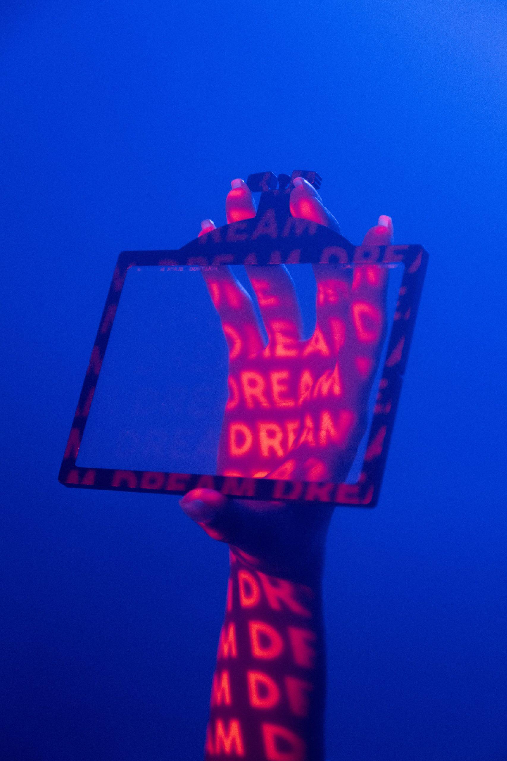 Projektion von Dream auf eine Hand